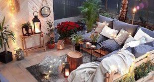 Dieses Wohnzimmer im Freien mit maßgefertigten Palettenmöbeln und Boho-Stil .....