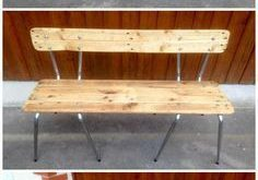 Alte Stühle verwandeln sich in eine Palettenbank
