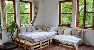 Tolle Couch-Idee aus Euro-Paletten in gemütlicher Wohnung in Potsdam.